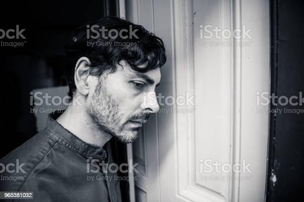 Einsamer Junger Mann Nach Draußen Haus Balkon Mit Blick Depressiv Zerstört Traurig Und Leiden Emotionale Krise Und Trauer Denken Einer Schwierigen Und Wichtigen Lebens Beschlußfassung Stockfoto und mehr Bilder von Arbeitslosigkeit