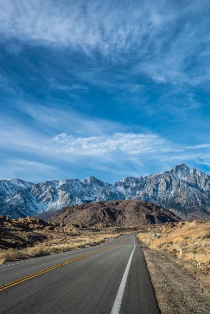 lonepine alabamahills mount whitney california usa. straße in die schneebedeckten berge durch wüste und felsenlandschaft - süd kalifornien stock-fotos und bilder