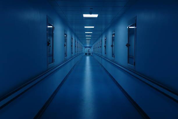 長い廊下とダーク病院 - 廊下 ストックフォトと画像
