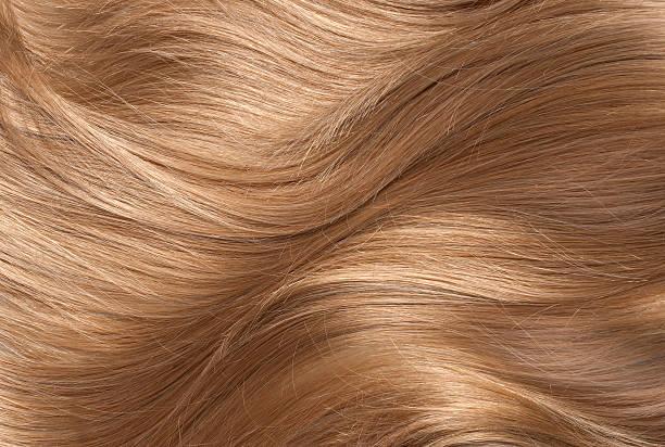 uomo capelli lunghi lucidi capelli biondi - capelli ossigenati foto e immagini stock
