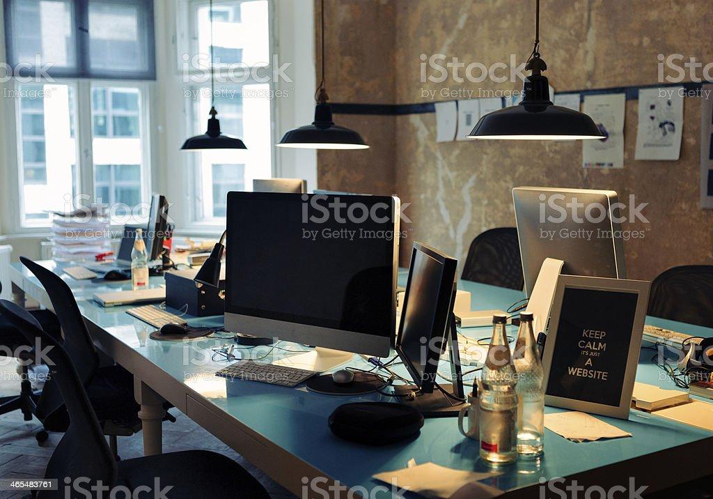 Langen blauen Tisch, die mit Computer und Hostessenbetreuung Lizenzfreies stock-foto