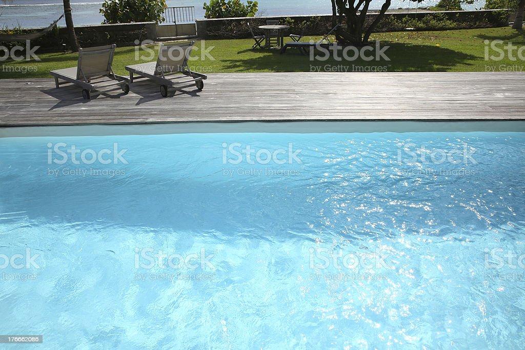 Long sillas en la terraza de la piscina foto de stock libre de derechos