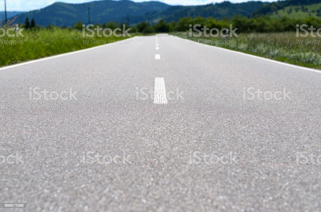 Long country road with white lines photo libre de droits