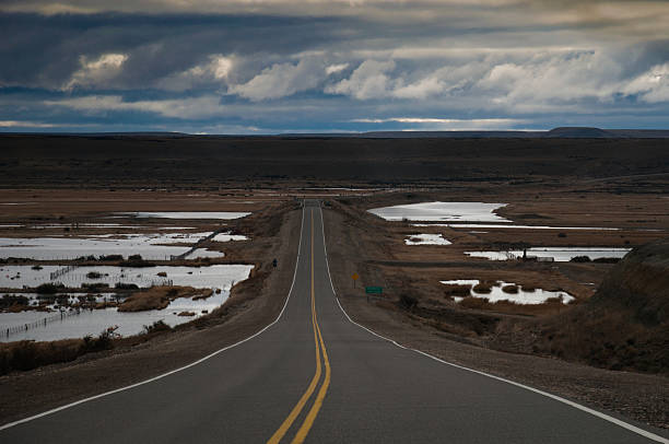 Largo por la carretera del desierto en la patagonia argetnina - foto de stock