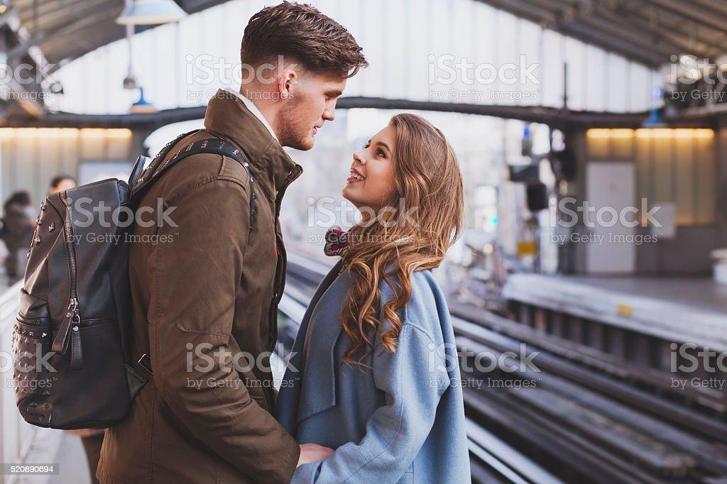 Relation longue distance, couple à la gare ferroviaire - Photo