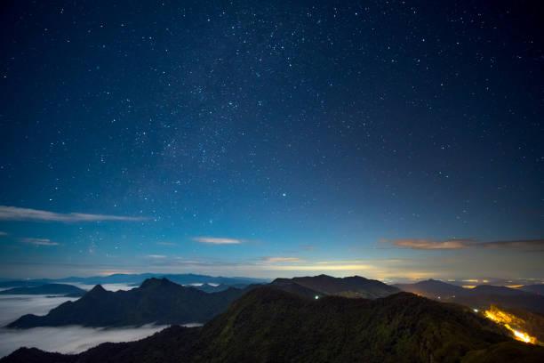 Lange Explosure und hohe ISO erschossen, schöne Szene vor Sonnenaufgang im Hochgebirge. Phu Chi Fa, Chiang Rai, Thailand. – Foto