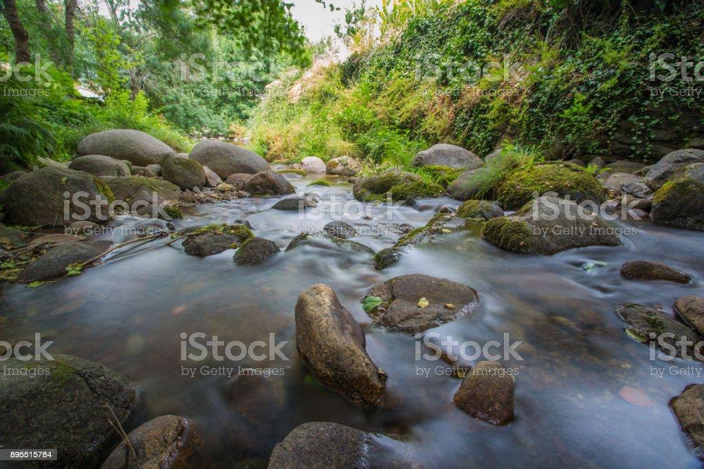 Exposre largo del río Ambroz - foto de stock