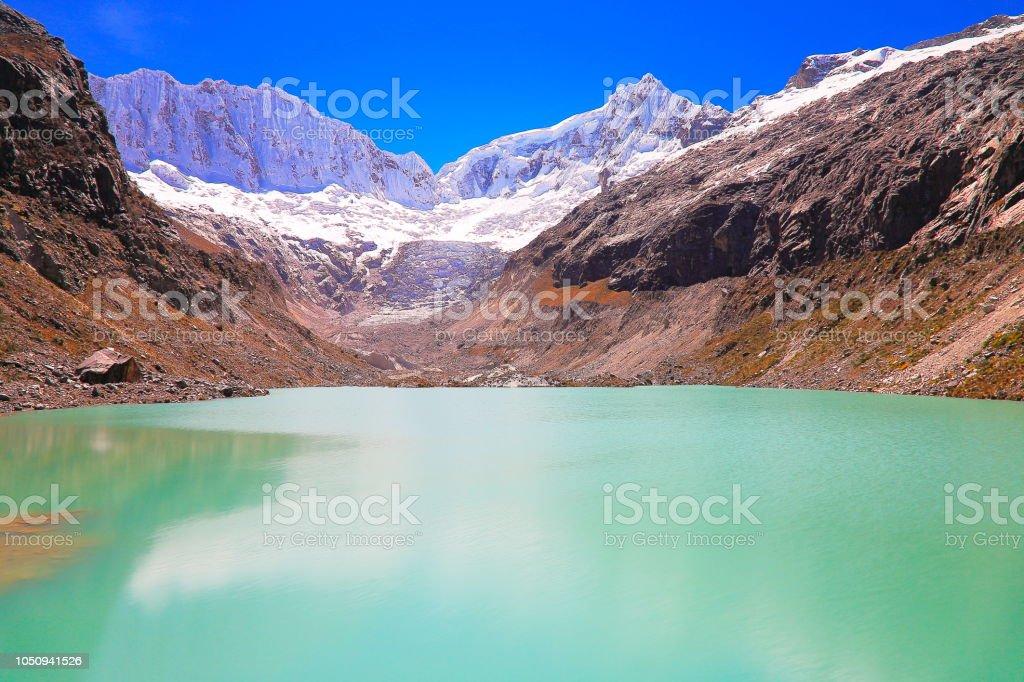 longa exposição: turva Laguna Llaca e Cordilheira Blanca - Cordilheira dos Andes de Ancash, Peru - foto de acervo