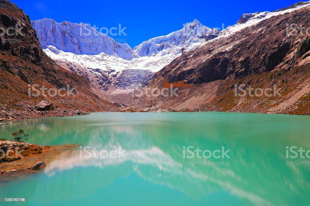 Longa exposição: turva Laguna Llaca com geleira, Cordilheira Blanca - Cordilheira dos Andes de Ancash, Peru - foto de acervo