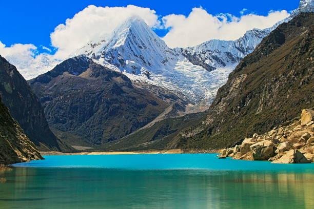 long exposure: blurred paron lake with pyramid  mountain - ancash, peru - moraine стоковые фото и изображения