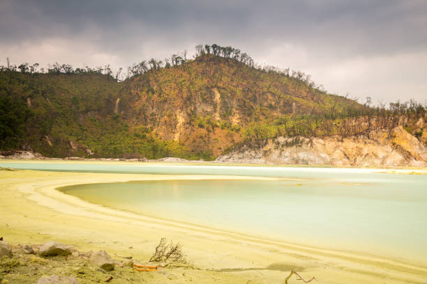 larga exposición del lago de azufre volcánico kawah putih dentro del cráter, indonesia - kawah putih fotografías e imágenes de stock