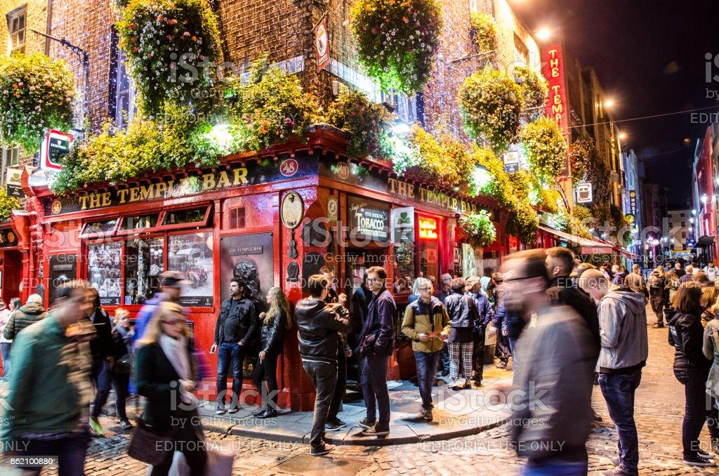 Langzeitbelichtung von Temple Bar in Dublin mit Leute trinken und zu Fuß durch nachts im Herbst – Foto