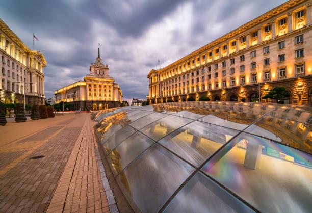 lange blootstelling, panoramisch uitzicht op het centrum van sofia in bulgarije, oost-europa-creatieve stockafbeelding - bulgarije stockfoto's en -beelden