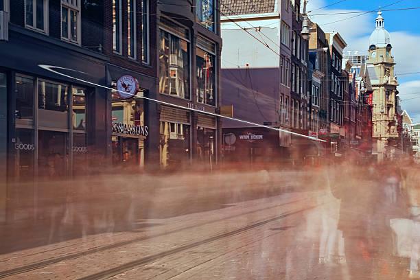 long exposure - people strooling a round a shopping street - feiertage holland 2016 stock-fotos und bilder