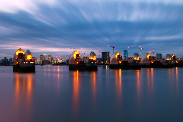 long exposure photography, thames barrier and canary wharf - barragem do roxo imagens e fotografias de stock