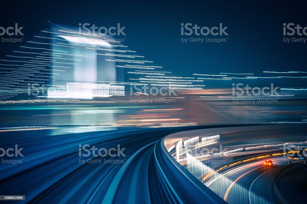 Longa exposição, disparo de um trem em movimento - foto de acervo