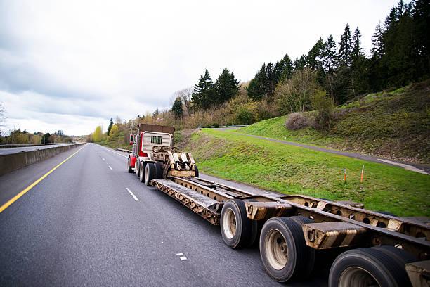 lange gerade bett schritt-trailer auf semi truck - aufgemotzte trucks stock-fotos und bilder
