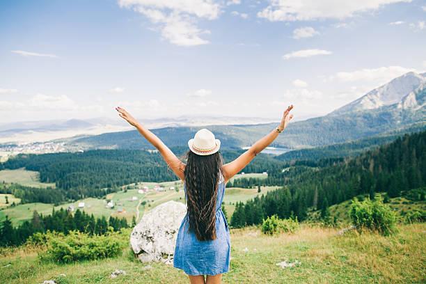 Langes Haar-Frau Fahren Sie in die Berge-Landschaft Ansicht der Rückseite – Foto