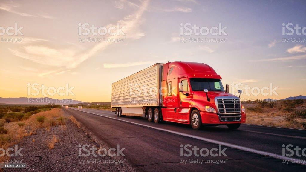 美國西部鄉村州際公路上的長途半卡車 - 免版稅亞利桑那州圖庫照片