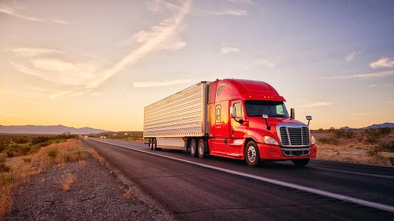 美國西部鄉村州際公路上的長途半卡車 照片檔及更多 亞利桑那州 照片