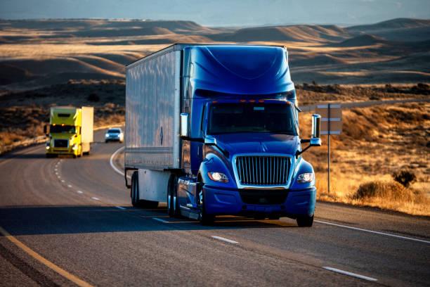 黃昏時分,長途半卡車在四車道公路上翻滾 - 貨車 個照片及圖片檔