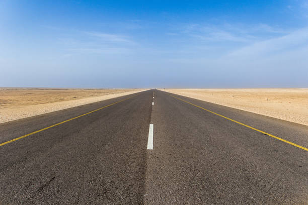 Long Highway in the middle of desert Highway middle of the road stock pictures, royalty-free photos & images