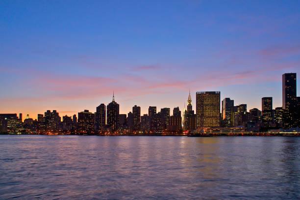 Long Island City Skyline bei Dämmerung – Foto