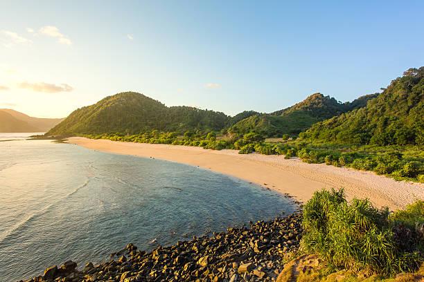 long kuta sand beach, lombok, indonesia - lombok stockfoto's en -beelden