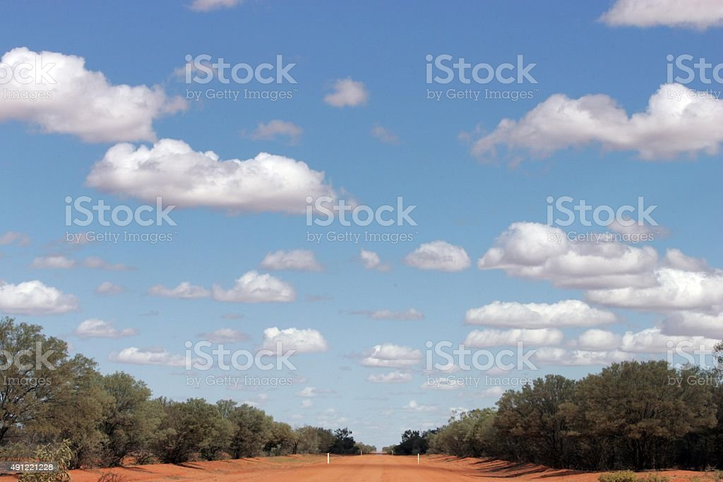 Lange rote dusty road im outback von Australien – Foto