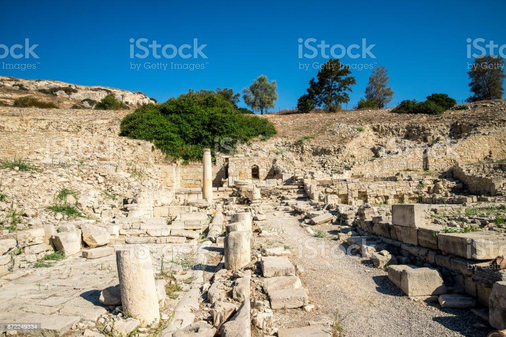 Un largo camino a lo largo de columnas rotas de una puerta arqueada en la final en Amathus, Limassol, Chipre - foto de stock