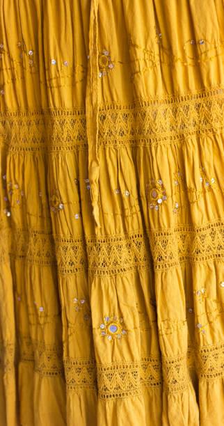 lange rüschen indischen rock mit spiegeln und spitze, voller rahmen - spitzen maxi stock-fotos und bilder
