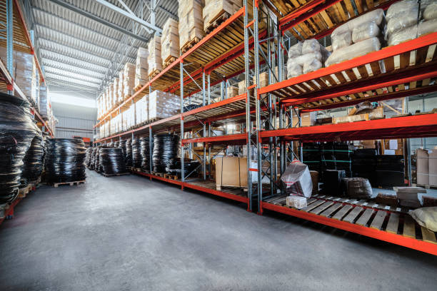 long shelves with a variety of boxes and containers. - baumarkt stock-fotos und bilder