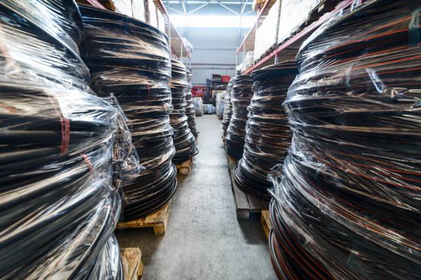 langen regalen mit einer vielzahl von boxen und container - plastikbeutel handwerk stock-fotos und bilder