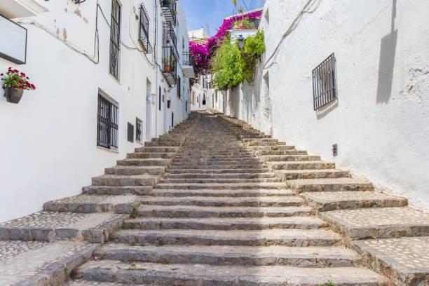 Larga escalera en una calle blanca en Altea, España - foto de stock