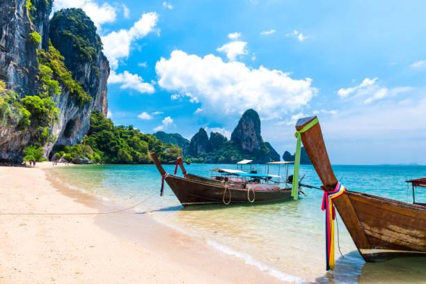 larga cola barco tropical beach, krabi, tailandia - beach in thailand fotografías e imágenes de stock