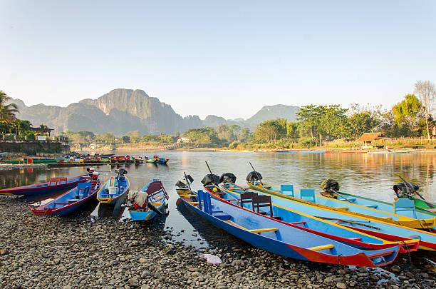 langschwanz-boote auf song, vang vieng, laos - vang vieng stock-fotos und bilder