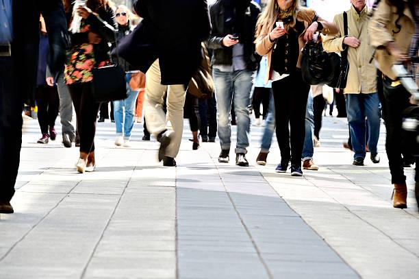 長時間露光の歩行者 - 歩道 ストックフォトと画像