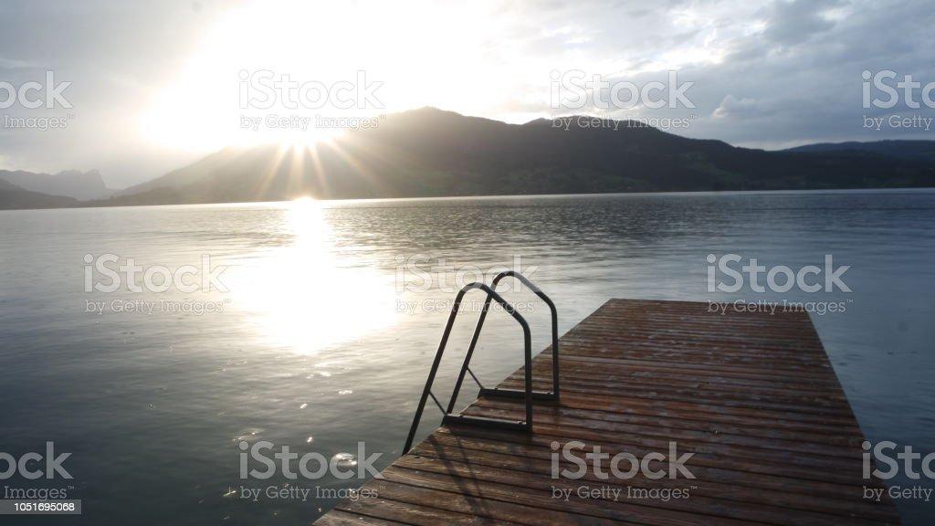 Lange nass Holzsteg am See und es regnet – Foto