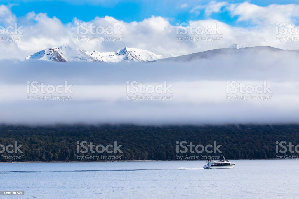 long white cloud and traveling boat in lake te anau most popular traveling destination in southland new zealand zbiór zdjęć royalty-free