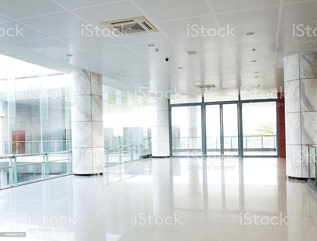 Vazio longo corredor - foto de acervo