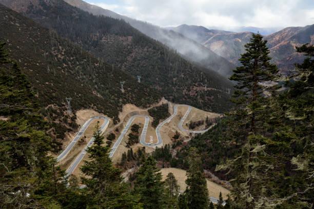 dağlarda uzun dolambaçlı karayolu, sichuan, çin - ganzi tibet özerk bölgesi stok fotoğraflar ve resimler