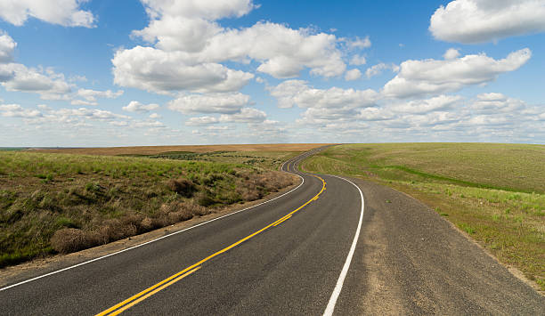 Long Winding Road Cury into The Distance Vanishing Point - foto de stock