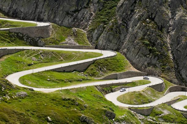 Lange Kurvenreiche Straße durch die Berge – Foto