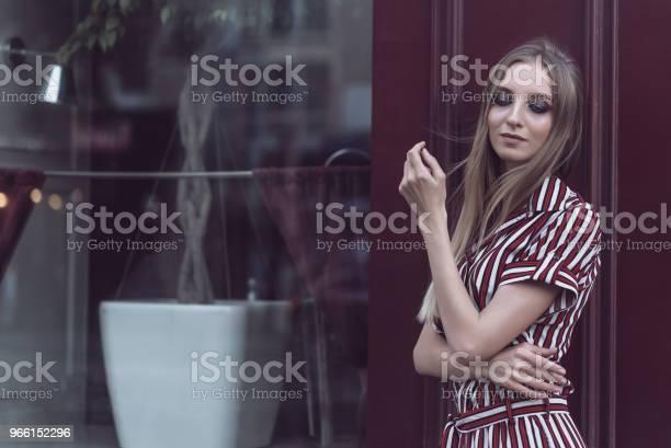 Långhåriga Modell Poserar Utanför Vintage Café-foton och fler bilder på Arkivfilm