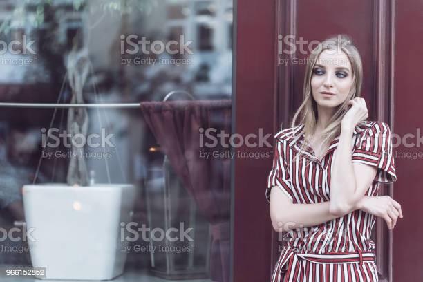 Длинноволосая Модель Позирует Возле Винтажного Кафе — стоковые фотографии и другие картинки Архивный
