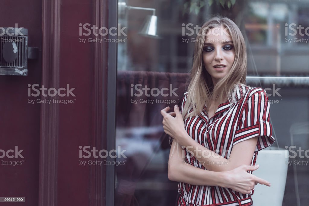 Long-haired model poses outside vintage cafe - Foto stock royalty-free di Adulto