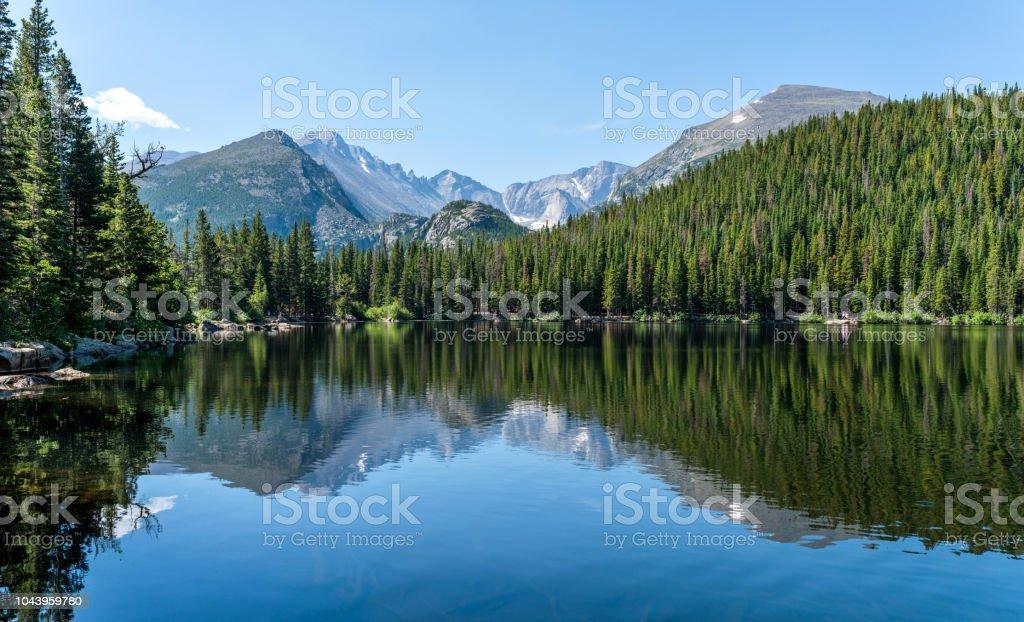 Longs Peak at Bear Lake - Longs Peak and Glacier Gorge reflecting in blue Bear Lake on a calm Summer morning, Rocky Mountain National Park, Colorado, USA. - Royalty-free América do Norte Foto de stock