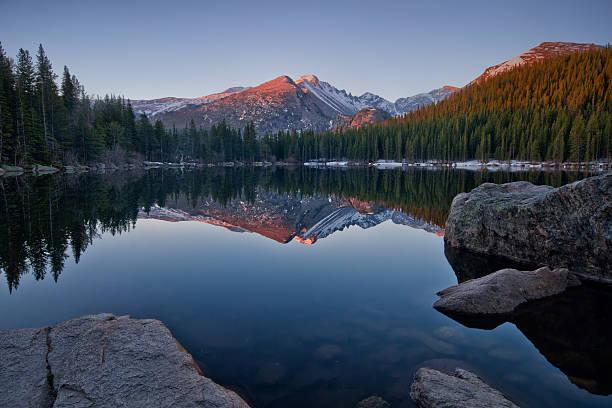 longs peak reflection on bear lake - estes park foto e immagini stock