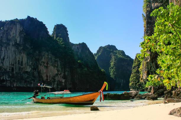 Longtail Boot am einsamen Strand auf Phi Phi Leh Island, Provinz Krabi, Thailand vor Anker – Foto
