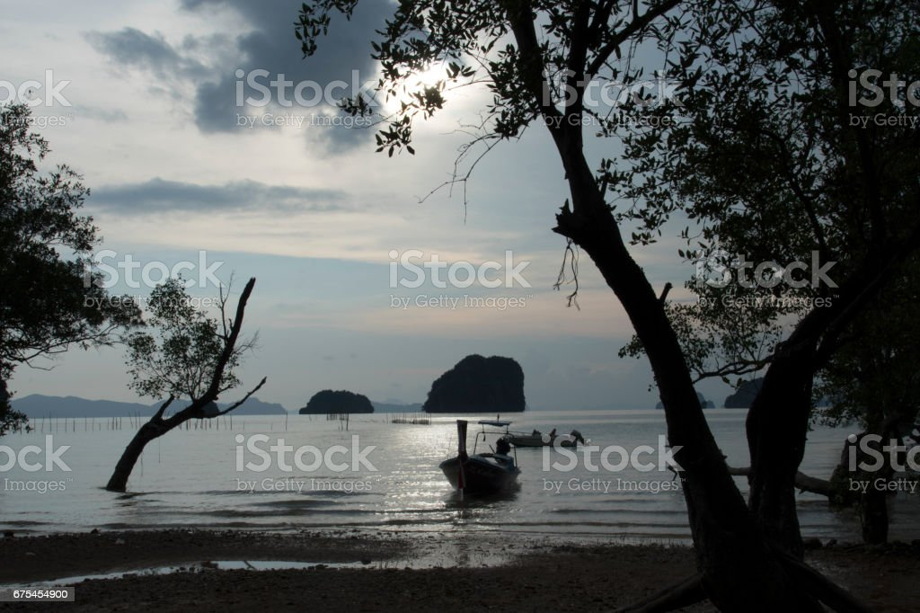 Long-tail boat and sunset in Southern Thailand. photo libre de droits